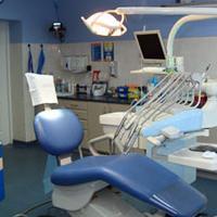 niebieski fotel w gabinecie stomatologicznym